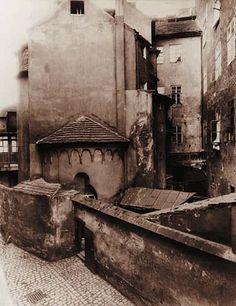 Zrušený románský kostelík sv. Jana Na Zábradlí se stal součástí činžovního domu a s ním byl v roce 1896 zbořen. (Foto J. Eckert, r. 1896)