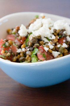 Šošovicový šalát so zeleninou a feta syrom - Mňamky-Recepty. Halloumi Salad, New Recipes, Healthy Recipes, Cook Smarts, Easy Party Food, Food Trends, Lentils, Feta, Cooking Tips
