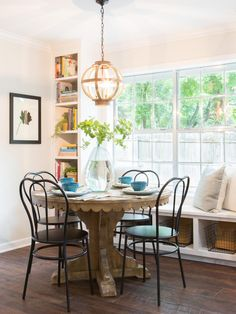 Breakfast nook fixer upper chip and joanna gaines ideas Country Farmhouse Decor, French Country Decorating, Farmhouse Table, Farmhouse Garden, Country French, Farmhouse Furniture, Modern Farmhouse, Joanna Gaines Farmhouse, Chip And Joanna Gaines