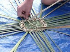 Basket-making project for kids Flax Weaving, Weaving Art, Basket Weaving, Paper Weaving, Fun Crafts, Crafts For Kids, Arts And Crafts, Making Baskets, Weaving For Kids