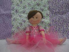 Linda boneca bailarina na posição espacate, em feltro, com cabelos de lã e um coque decorado com mini rosas brancas e florzinhas de strass no topo. <br>Saia Tutu com 4 camadas de tule em 2 cores. <br>altura total 30 cm, mas com o a boneca fica sentada a altura fica em 20 cm. <br> <br>Atenciosamente Grace Leguisamont