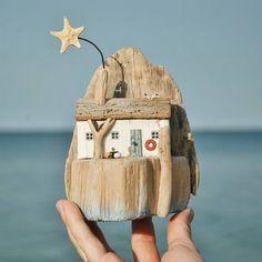 Основной профиль @zhenia_rifey _________________________ #дрифтвударт #дрифтвуд #driftwoodart #driftwood #издерев #подарок #дрифтвудсочи #mixedmedia #mixedmediaartist #beachcomber #sealove #hendmade #seadecor #морскойстиль #подарить #хендмэйд #длядомаиинтерьера #миниатюра #miniature #ярмаркамастеров __________________________ Painted Driftwood, Driftwood Crafts, Seashell Crafts, Wooden Crafts, Decor Crafts, Diy And Crafts, Art Projects, Projects To Try, Ceramic Houses