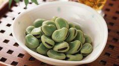 Роскошные локоны - зеленые бобы или можно заменить  спаржевой фасолью - содержится рекордное число кремния. Регулярное употребление бобов приводит к улучшению волос – они становятся более густыми и здоровыми. 2-3 раза в неделю, порция 200 гр. -> рекордное количество кремния. Именно этот элемент способствует росту и густоте ресниц. Старайтесь съедать не менее 300 граммов зеленых бобов два раза в неделю.