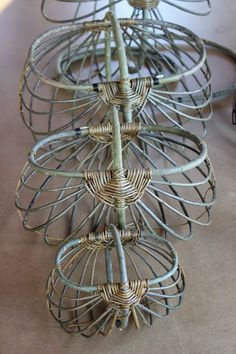 rammer klar til fletView at Picasa Image 82 of baskets - like skeletonsCould I make such frames from my paper tubes? Unicornios Wallpaper, Basket Weaving Patterns, Traditional Baskets, Diy And Crafts, Arts And Crafts, Willow Weaving, Ideias Diy, Newspaper Crafts, Nature Crafts