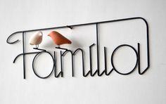 Palavra Família em arame com pássaros de cerâmica (sem esmalte) para pendurar.