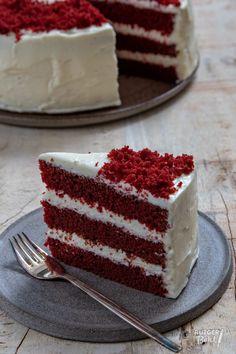 Red velvet taart bakken – recept - Rutger Bakt Easy Desserts, Delicious Desserts, Yummy Food, Cake Recept, Snack Recipes, Snacks, Food Decoration, Drip Cakes, Food Cravings