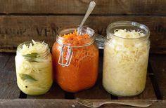 Recept på syrad lök, vitkål och morötter. Vattenhalten i grönsaker varierar med årstiden, och ibland behöver extra saltlag tillsättas. Använd glasburkar med tätningsringar och något som kan fungera som tyngd, t ex en mindre burk fylld med stenar.