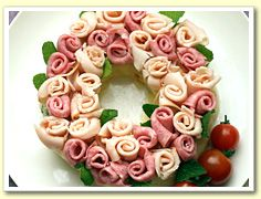 What a cute wreath . . . who thought to do that with lunchmeat?