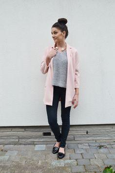 Josie van http://www.maryjosie.com combineert deze gave parel ketting met pastel roze en grijs. Een combo waar wij dol op zijn!