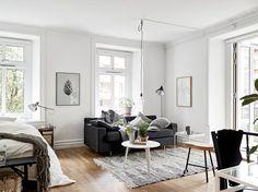 #Schlafzimmer und #Wohnzimmer in perfekter Harmonie! Die Farben Weiß & Schwarz sind einfach für einander geschaffen! Der weiße #Beistelltisch von @hay setzt dabei moderne Akzente. @vpsarah