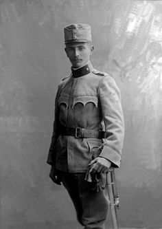 Historic photograph, young soldier wearing a uniform, around 1915 - pin by Paolo Marzioli