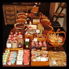 動物やハートなど、ほっこり顔のキャラクターたちがお店に勢揃い!どの子を連れて帰るか、迷ってしまいそう。オリジナルクッキーも注文できるから、記念日などのプレゼントにもぴったりですね。 Cake Cookies, Sugar Cookies, Baby Full Moon, Buffet, Good Food, Wraps, Food And Drink, Presents, Gift Wrapping