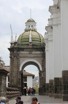 Quito, la Carita de Dios. Atrio de la Catedral Metropolitana de Quito en la Plaza de la Independencia. Al fondo el palacio municipal