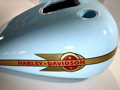 Réservoir Harley Davidson peinture bleu, décor doré, marquage