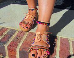 """Sandalias de cuero griego hecho a mano, estilo Top lazo, decorada con tejidos étnicos, pom pom trim y encantos de bell - jazmín"""""""