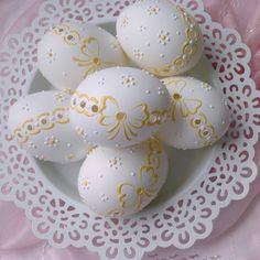 Slepičí kraslice žlutá mašlička Diy Projects To Try, Craft Projects, Egg Shell Art, Carved Eggs, Egg And I, Egg Art, Eggshell, Egg Decorating, Holidays And Events