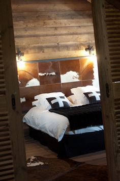 Création d'une tête de lit par Chalets Bayrou - Chalet à Megève
