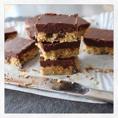 6 ingredient chocolate covered flapjacks Dower and Hollingsworth The day I created this recipe, it was one of those rare super hot days which don't come around all too often in London. I'd been brainstorming about chocolate fudge covered… Healthy Cake Recipes, Yummy Healthy Snacks, Healthy Treats, Chocolate Fudge, Chocolate Covered, Cacao Recipes, Clean Eating Snacks, Raisin, Sweets