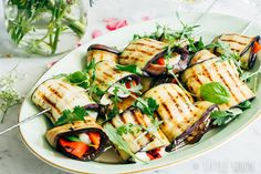 Auberginepakketjes aan een spies gevuld met halloumi Halloumi, Summer Recipes, Pasta Salad, Barbecue, Tapas, Vegetarian Recipes, Food And Drink, Appetizers, Keto