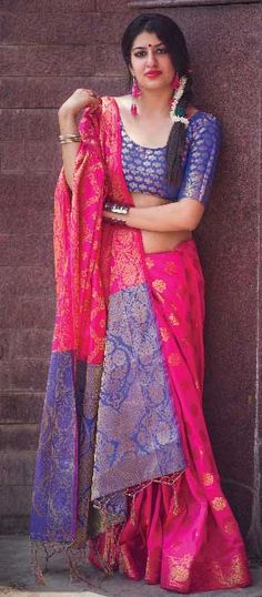 Pretty Indian Girl in Lovely Saree Simple Sarees, Trendy Sarees, Sarees Online India, Silk Sarees Online, Muslim Fashion, Indian Fashion, Women's Fashion, Indian Beauty Saree, Indian Sarees