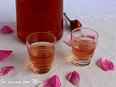 Il rosolio liquore antico dal gusto e dal profumo delicato, ottimo come digestivo e da gustare con parsimonia negli appositi bicchierini da rosolio.