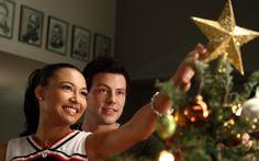 """""""Glee"""" – 2ª temporada, episódio 10: """"A Very Glee Christmas""""  Já virou tradição """"Glee"""" fazer episódios lindos apenas com músicas de Natal! O primeiro deles foi na segunda temporada, e mostrou os personagens em várias situações clássicas da data: o amigo secreto, o Papai Noel no shopping (no qual Brittany ainda acreditava!), o """"Grinch""""…não faltaram momentos fofos!"""