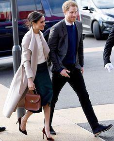 Nesta sexta-feira (23) #MeghanMarkle e #PríncipeHarry fizeram sua primeira visita oficial à Irlanda do Norte. O casal mais fofo do momento foi conhecer diversos locais e empresas de Belfast. Para a ocasião a atriz elegeu um elegante casaco da @mackage suéter da @victoriabeckham saia @gretaconstantine e complementou o visual com bolsa by @charlottelizbth. Muito chique! (Foto: #regram @bazaaruk) via HARPER'S BAZAAR BRAZIL MAGAZINE official Instagram - #Beauty and #Fashion Inspiration…