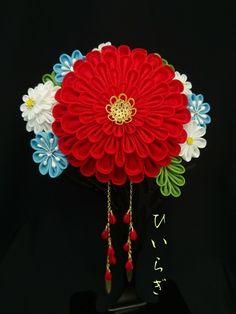 赤と水色のモダンな柄に合わせたオーダー品です。とても素敵に着けてくださいました。 Ribbon Art, Ribbon Hair Bows, Ribbon Crafts, Flower Crafts, Japanese Flowers, Cute Japanese, Japanese Art, Kanzashi Tutorial, Sewing Crafts