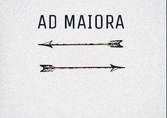 """ad maiora -""""Ad maiora"""". Se traduce literalmente como """"Hacia mayores cosas"""". Es también una fórmula de saludo para desear más éxito en la vida o el amor"""