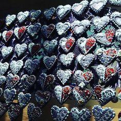 Medovníkové srdiečka na svadbu :) Krasny detail doplňajúci svadobný deň :) #artfood #art #birds #bird #medovniky #med #honeycake #honey #medovník #pernicky #pernik #gingerbread #pain #painting #cook #colors #color #flowers #love #heart #srdce #medovnikovesrdce #rose #weddingdress #wending  #marriage #marry #marryme #svadba Med, Blueberry, Fruit, Instagram Posts, Painting, Honey Cake, Berry, Painting Art, Paintings