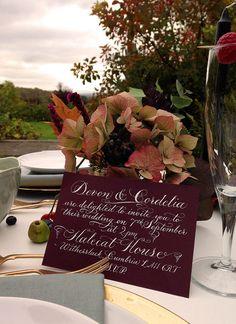 inscrição moderna para convites.  do facebook de calligrahy for weddings.