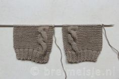 Close the side seams and knit 1 row with a hook on the front and neck. In addition, 3 loops for the buttons. Finish with the lobster point. Fast in loops 3 breiwerk afwerken Baby Knitting Patterns, Free Knitting, Magic Loop, A Hook, Baby Cardigan, Knitting Accessories, Baby Cards, Knitting Needles, Crochet Hooks
