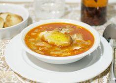 Ingredientes: Aceite de oliva, Dientes de ajo en láminas, Jamón en taquitos, Pan en rebanadas, Pimentón, Caldo de carne, Agua, Huevos