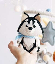 Felt Crafts Diy, Handmade Crafts, Kawai Japan, Diy Y Manualidades, Felt Fox, Diy Bebe, Felt Mobile, Baby Sewing Projects, Felt Christmas Ornaments