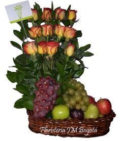 Tres hileras de cuatro rosas adornan este delicioso y económico frutero. Va acompañado de uvas, peras, manzanas, duraznos y follaje verde que le dan una sobria pero hermosa presencia. Si la ocasión es embellecer un lugar y enviar un mensaje, esta opción es la indicada. Es un Combo Rosas y Ancheta Frutas para enviar a domicilio a Bogotá pagándolo online. Combo Rosas y Ancheta Frutas : USD$57