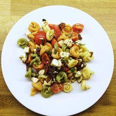 Pyszna włoska sałatka makaronowa to sałatka, którą bardzo często przygotowuję na różne imprezy. Znika bardzo szybko ze stołu :)