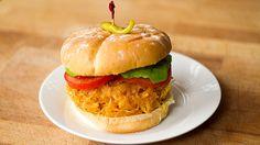 """C'est un peu comme le fameux """"pulled pork"""", mais végétarien. Au menu: sandwich à la courge spaghetti BBQ"""