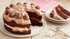 Chocolate-Hazelnut Meringue Layer Cake - Guests don't need to know how easy this impressive dessert is to make! Best Christmas Recipes, Holiday Recipes, Thanksgiving Recipes, Holiday Meals, Betty Crocker, Hazelnut Meringue, Meringue Cake, Meringue Desserts, Hazelnut Cake