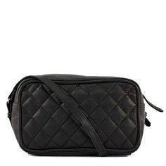 Smart lille skindtaske med flot dekoration. Tasken har to rum, foran på tasken er der en lomme. Der lukkes med lynlås Midt på tasken, er den største lomme der også lukkes med lynlås. Justerbar crossover Kvalitet: Læder Mål:H:21 x B:13 x D:9 cm