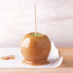 One of the best fall flavors is a batch of apples smothered in some sticky-sweet caramel. These favorite caramel apple recipes feature pies, cupcakes, Carmel Apple Recipe, Homemade Caramel Recipes, Apple Recipes, Caramel Apple Recipe Without Corn Syrup, Homemade Caramel Apples, Apple Caramel, Köstliche Desserts, Delicious Desserts, Dessert Recipes
