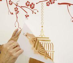 """O estêncil é uma técnica de pintura em que a tinta é aplicada em áreas vazadas de um molde que dá forma ao desenho que se deseja estampar na parede. Esses moldes podem ser feitos de diversos materiais. A artista plástica e designer <a href=""""mailto:regilin@terra.com.br""""><u>Regina Lindenberg</u></a>, especializada em pinturas especiais feitas com vários tipos de suporte, ensina como fazer um molde em acetato que pode ser lavado e conservado por anos. Confira!"""