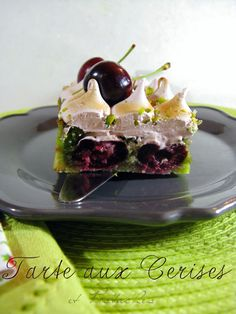 J'en reprendrai bien un bout...: Tarte meringuée aux Cerises & Pistaches Just Desserts, Dessert Recipes, Something Sweet, Bread Baking, Pistachio, Cake Designs, Sweet Treats, Cheesecake, Food And Drink