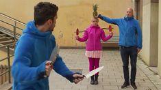 Lancer de couteaux sur raquettes de ping-pong [video] - http://www.2tout2rien.fr/lancer-de-couteaux-sur-raquettes-de-ping-pong-video/