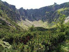 Śnieżne Kotły są najbardziej efektowną przepaścią w Karkonoszach. Urwiska Dużego Kotła osiągają ponad 200 metrów wysokości.