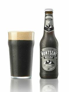 """Montseny """"Negra"""": (Alc.5'2% vol.) Estil cerveser: STOUT ALE. Cervesa negra elaborada segons la tradició irlandesa d'alta fermentació, amb quatre cereals: ordi, blat, civada i sègol. És l'estil mundialment conegut per la marca Guiness però en el seu estat natural (sense filtrar ni pasteuritzar), és l'anomenada Real Ale."""