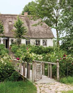 Der Hamburger Innenarchitekt Peter Nolden schuf sich auf einer Warft in Eiderstedt ein idyllisches Retreat inmitten sorgsam gebändigter Natur.