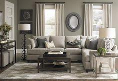 le salon est confortable et douillet. il y a une canapé, une table, et une lampes