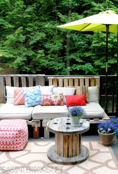DIY Outdoor Pallet Sofa - Easy to make and costs less than 5 dollars! Looks fabulous!!!  via SASInteriors