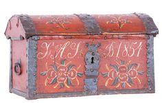 Liten kiste med orig. rosemaling, eierinitialer og datering 1854. Prov: Borlaug ved Borgund. (38x65x36cm)  Vurdering: 6.000,00 kr Tilslag: 7.000,00 kr