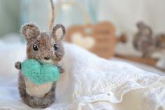 small felted mouse. needle felted wool poseable mouse. spring pastel decoration. felted animal. woodland animal gift. mother's day gift.
